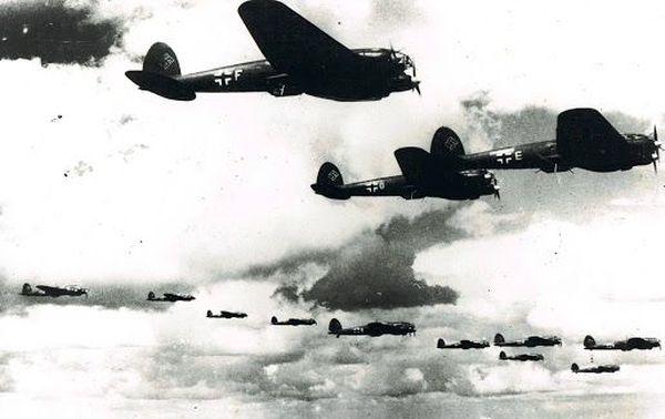 Une formation de bombardiers allemands Heinkel He 111 (photo non datée)