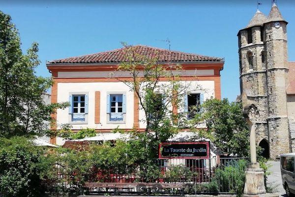 """Les restaurateurs de """"La Tomate du jardin"""" en Ariège bravent les interdits et ouvrent exceptionnellement leur établissement au public aujourd'hui."""