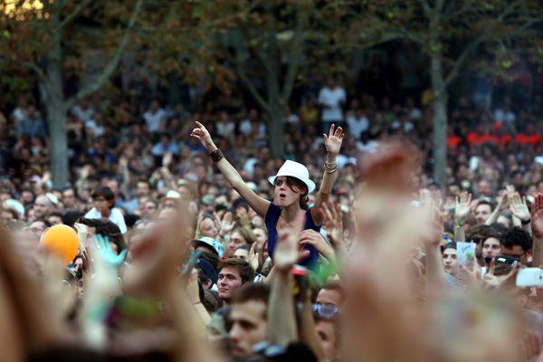 La foule des festivaliers, lors de l'édition 2015 de Rock en Seine, au parc de Saint-Cloud.