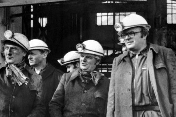 Photo non datée de M. Parion (G), M. Delilis et Pierre Mauroy (D), député-maire de Lille, lors de la visite la Compagnie des mines de Lens.