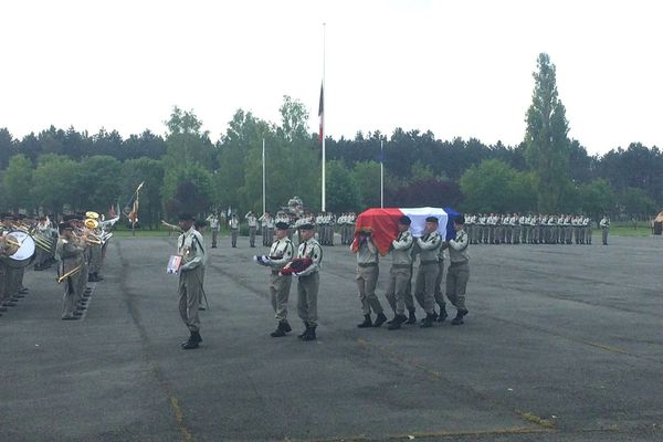 Les militaires rendent hommage à leur camarade mercredi 29 mai à Mourmelon-le-Grand.
