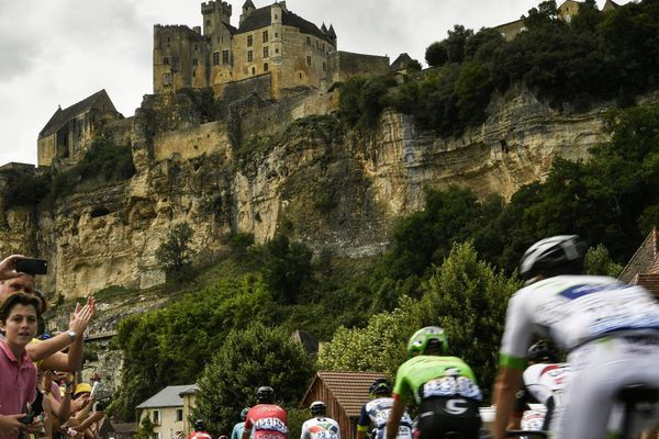 Les 180 coureurs du Tour de France ont traversé des paysages fabuleux comme le village de Laroque-Gageac.