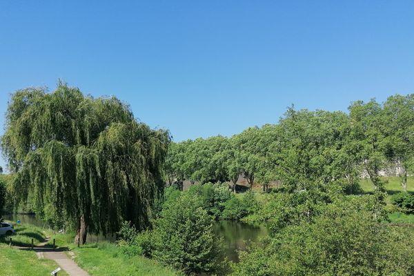 Ciel bleu sur les bords de Vienne à Limoges