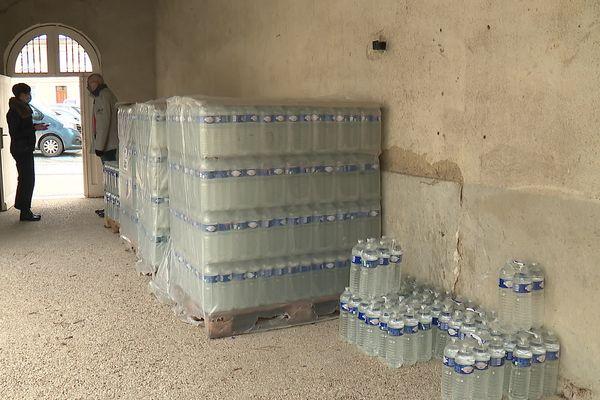 Des packs d'eau ont été distribués aux habitants d'Hermonville.