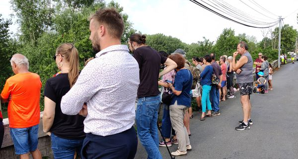 29 juillet 2021. Une quarantaine de personnes assistent au relevage de la foreuse de 35 tonnes qui était sous l'eau depuis l'accident.