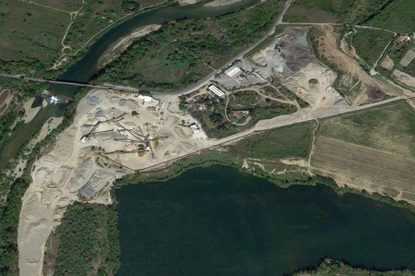 La carrière de Thézan-lès-Béziers évacue des terres arables depuis 50 ans. Vue satellite google - archives.