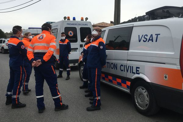Les bénévoles de la Protection civile avant une mission de dépistage du Covid-19 dans un camp de gens du voyage à Cagnes-sur-Mer.