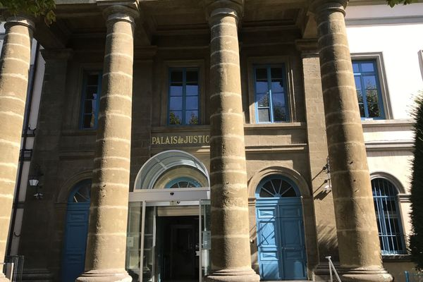 Le procès se tient à la cour d'appel du Puy-en-Velay, en Haute-Loire.