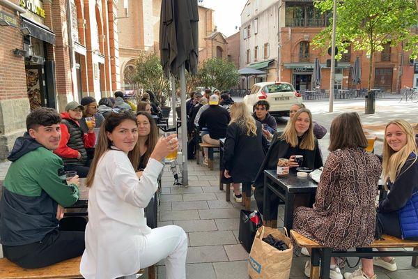Malgré le temps gris les terrasses du centre-ville de Toulouse pourront accueillir les consommateurs jusqu'à 21 Heures mais pas de match à la télé.