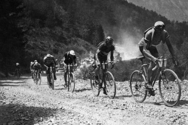 Magne, Le golfe et Speicher gravissent le col du télégraphe lors d'une étape de montagne du tour de France, en juillet 1933. George Speicher sortira vainqueur de cette 27ème édition de l'épreuve