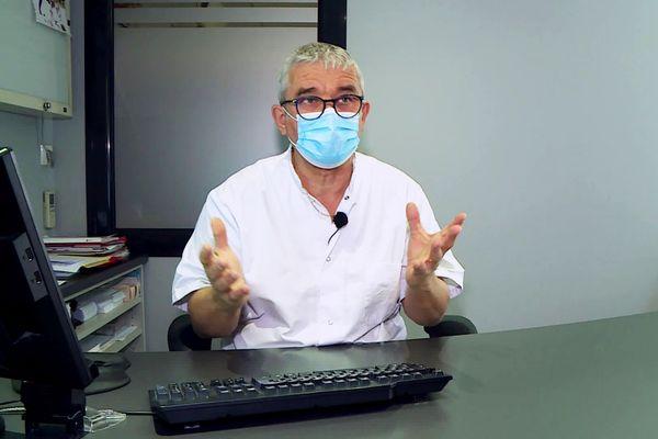 Michel Cadet, médecin généraliste à Périgueux est effaré de la mise en place de la vaccination : il y a selon lui beaucoup trop de candidats potentiels à la vaccination par rapport au nombre de vaccins disponibles
