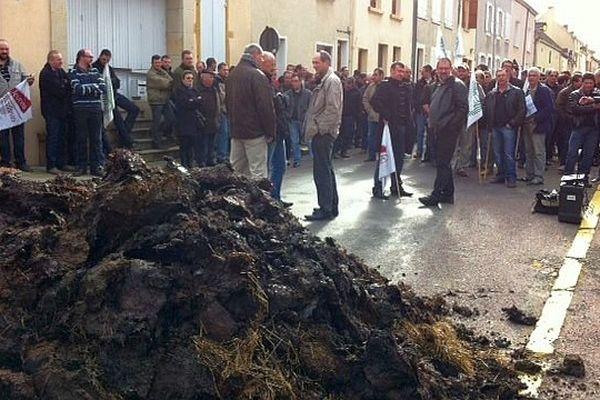Deux rassemblements d'éleveurs bovins sont organisés mercredi 19 février 2014  devant les sous-préfectures de Charolles (sur la photo) et d'Autun à l'appel de la FDSEA (Fédération Départementale des Syndicats d'Exploitants Agricoles).