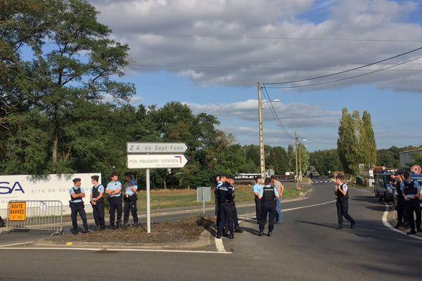 Les forces de l'ordre attendant l'arrivée des GM&S sur le site PSA de Sept-Fonds, à Dompierre-sur-Besbre, dans l'Allier.