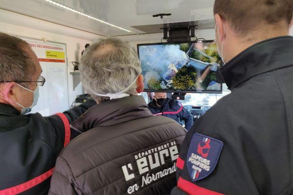 Les images de drone sont visionnées par les pompiers avec le président du département de l'Eure
