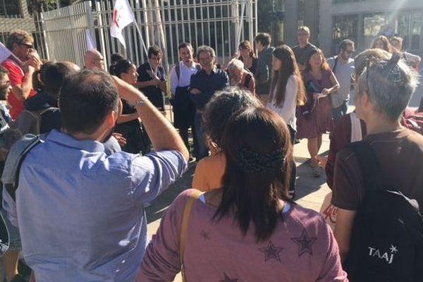 Le 1er octobre, un comité de soutien s'est rassemblé devant le tribunal correctionnel pour soutenir l'observatrice de la LDH.