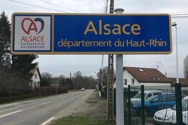 Le premier panneau officielreprésentant la Collectivité européenne d'Alsace a été installé vendredi 5 mars 2021 àChavannes-sur-l'Etang dans le Territoire de Belfort, à l'entrée du Haut-Rhin.