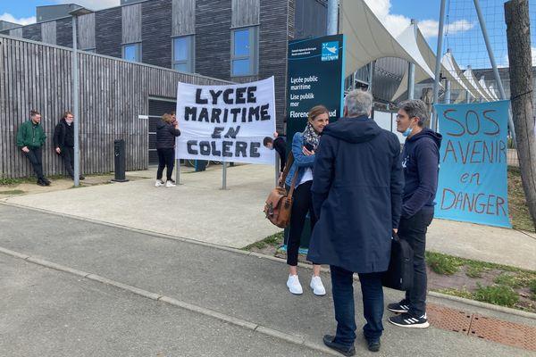 Élèves et professeurs du lycée maritime de Saint Malo sont en grève.