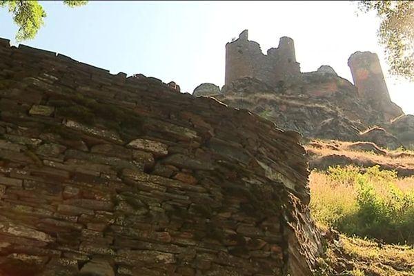 Murs de pierres sèches en contrebas du château du Tournel en Lozère