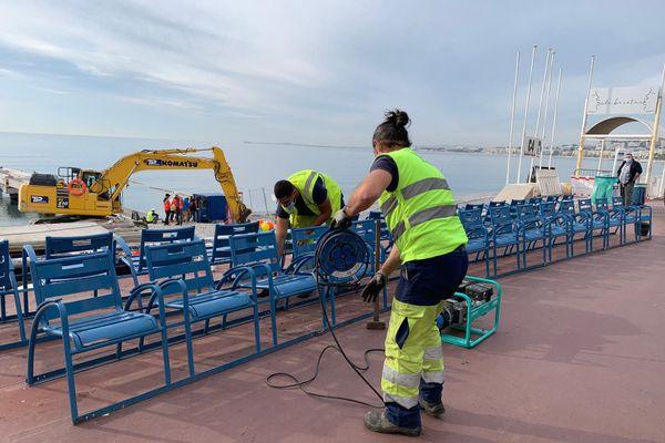 Des employés de la ville de Nice ont commencé à démonter les chaises bleues de la Prom' jeudi 12 novembre.