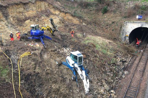 Les travaux se poursuivent quand même, plus lentement, pour déblayer les voies près de Sèvres (Hauts-de-Seine) à la suite de l'éboulement d'un talus début février.