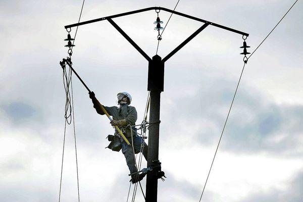 Lundi 10 février, quelque 250 agents d'Enedis sont à pied d'oeuvre pour rétablir le courant auprès de 4 000 foyers privés d'électricité en Auvergne. (Photo d'illustration)