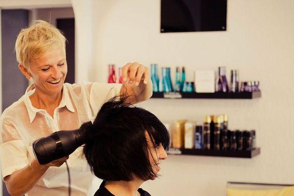 Céline, coiffeuse à Montceau-les-Mines, en Saône-et-Loire, prend conscience jour après jour que la reprise devra rimer avec changement d'habitudes.
