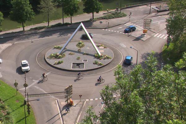 Les carrefours, en particulier les ronds-points, sont sources de dangers pour les cyclistes.