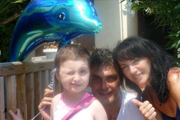 Liv ,ici entourée de ses parents, Lola et Christophe