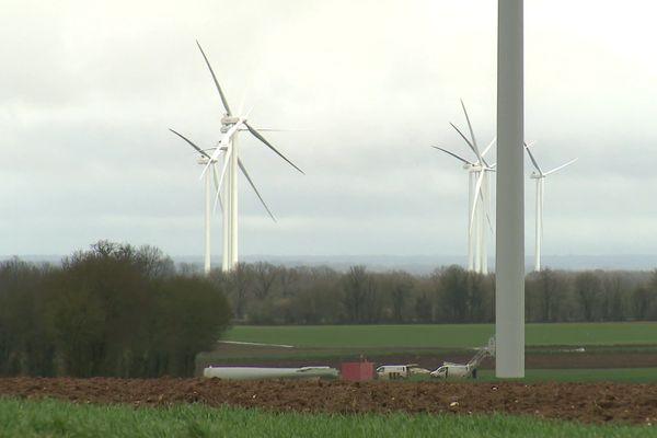Au sol, les débris des deux pales brisées. Après ces incidents, la préfecture de la Charente a imposé l'arrêt des 12 éoliennes du parc.