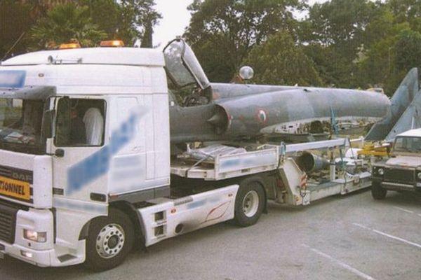 Le transport du Mirage III 3 mis aux enchères.