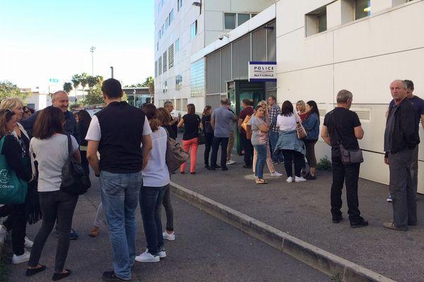 05/10/16 - Des membres du personnel du Conseil départemental de Haute-Corse se sont rassemblés devant le commissariat de Bastia en soutien à des collègues entendus