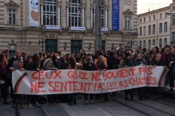 Montpellier - des étudiants manifestent pour pouvoir porter plainte pour agression et ils bloquent les tramways des lignes 1 et 2 - 27 mars 2018 à 20h.