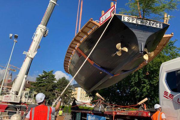 L'Espérance III est transporté vers le quai des Marquisats sur le lac d'Annecy.