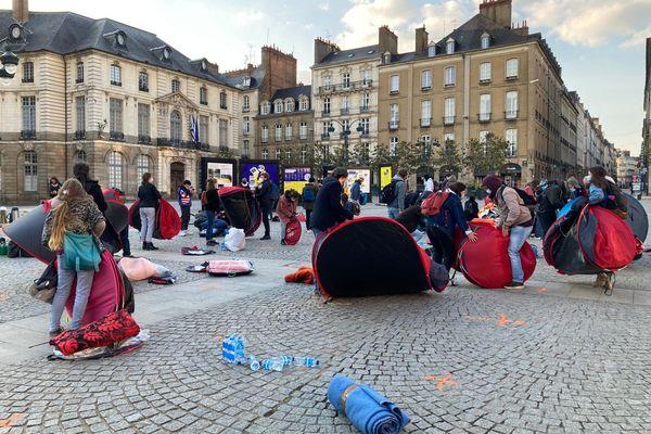Les militants d'Utopia 56 contraints de libérer la place de la mairie, trois heures après le début de la mobilisation.
