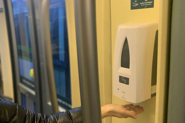 La Semitan expérimente des distributeurs de gel hydro-alcooliques 3.0 dans ses tramways, sans contact, ils informent l'exploitant des transports publics de Nantes de leur niveau en temps réel, pour ne jamais rester vides