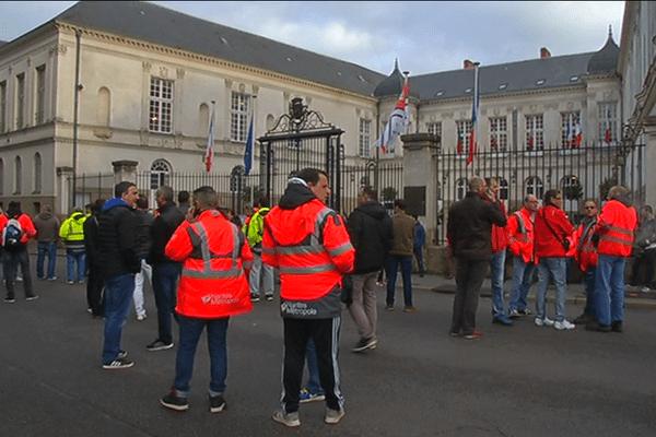 Les éboueurs nantais en grève, rassemblés devant la mairie de Nantes le 31 mars 2017