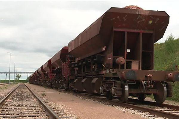 Des wagons remplis de ballast sont bloqués sur le terminal de la carrière de Vignats