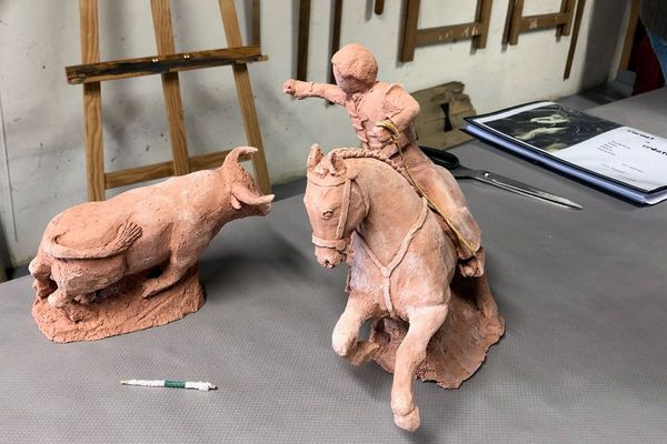 Sculptures en argile, dans un garage