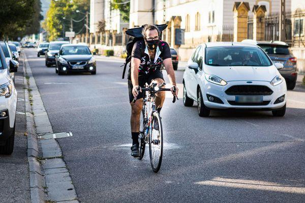 Été comme hiver Marc se rend à son travail en vélo, un parcours de huit kilomètres où alternent pistes et bandes cyclables.
