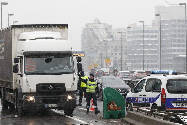 Un camion, sur le pont de Sèvres, le 6 février 2018.