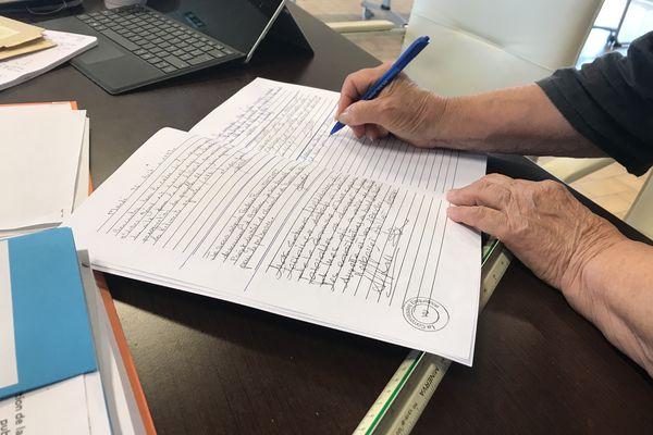 Une citoyenne inscrit sur le répertoire de l'enquête publique ses observations quant au classement du marais du Mès.