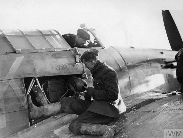 Des mécaniciens préparant un Hurricane du 615 Squadron à Northolt, en novembre 1940. On aperçoit la bonbonne d'oxygène destinée au pilote.