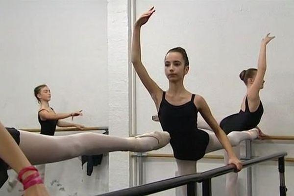 """Clara Pevel, une danseuse """"prodige"""" de 13 ans originaire de Canohès, dans les Pyrénées-Orientales - 22 décembre 2015"""