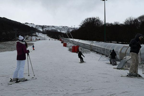 Deux pistes vertes sont accessibles à la station du Super-Besse, dans le Puy-de-Dôme, en ce début de vacances de Noël.