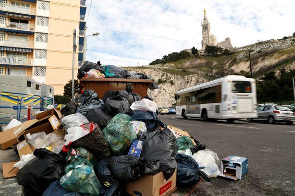 En 2015 à Marseille, il faudra encore cinq jours pour évacuer les 4.000 tonnes de déchets qui envahissent les rues.