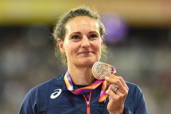 Melina Robert-Michon sur le podium des championnat du monde avec la médaille de bronze