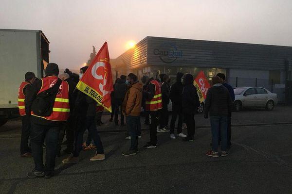 Lundi 30 novembre, les salariés de l'entreprise Cauquil, spécialiste de la mécanique de précision depuis 1947, pour protester contre un plan social.