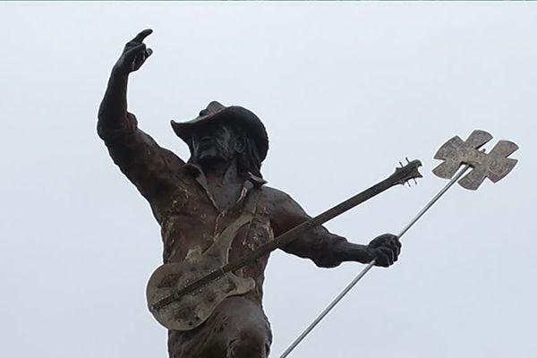 La statue mesure 15 mètres de haut et pèse pas moins de 70 tonnes !