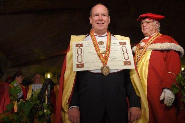 Le prince Albert de Monaco a été intronisé samedi soir grand officier des Entonneurs Rabelaisiens à l'occasion du chapitre des vendanges de la confrérie bachique de Chinon.