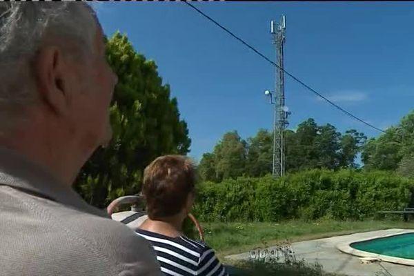 Des habitants de Tanneron, dans le Var, devant une antenne proche d'une habitation.